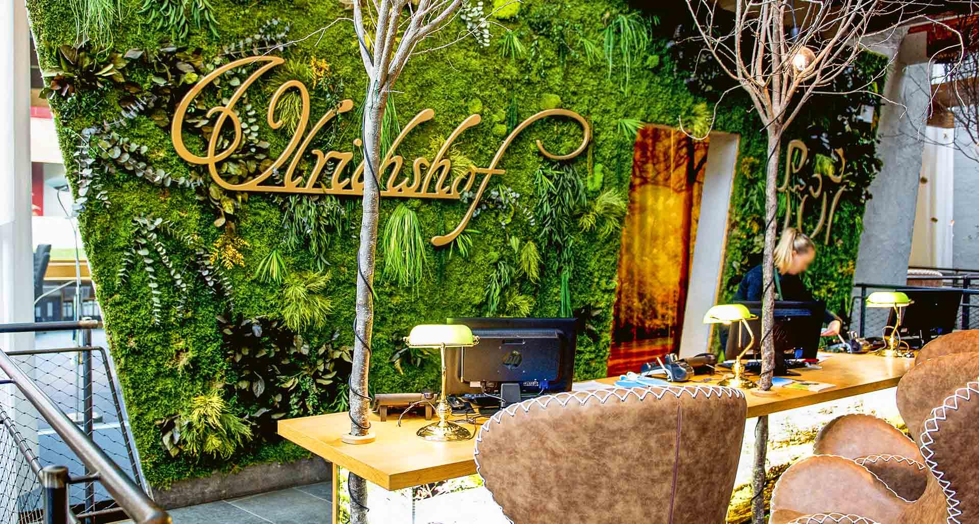 Dschungelmooswand mit Logo Hotel Ulrichshof
