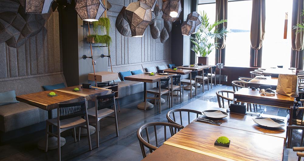 Restaurant mit Moosigeln auf den Tischen