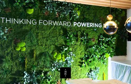 dschungelmooswand mit Think Forward mit Logo