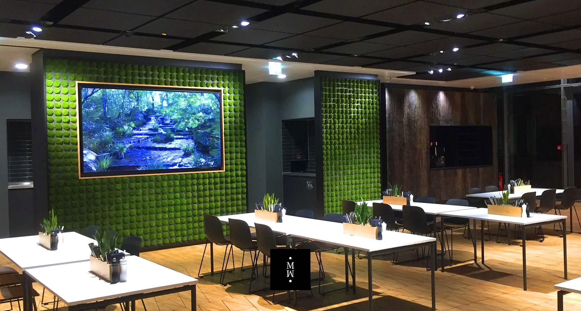 Wand aus einzelnen Mossballen in einem Restaurant